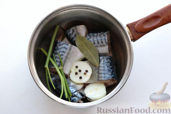 Фото приготовления рецепта: Томатный суп со скумбрией - шаг №3