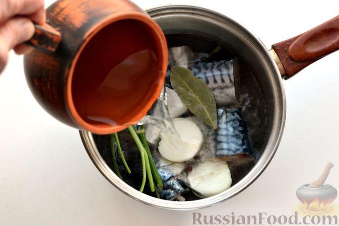 Фото приготовления рецепта: Томатный суп со скумбрией - шаг №4