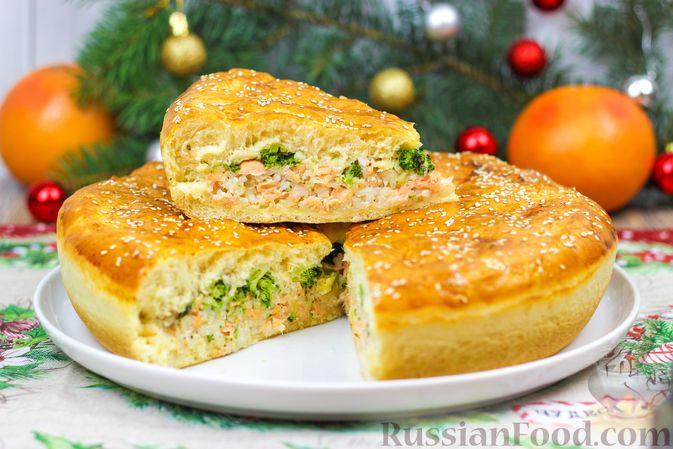 Фото к рецепту: Пирог с красной рыбой и брокколи