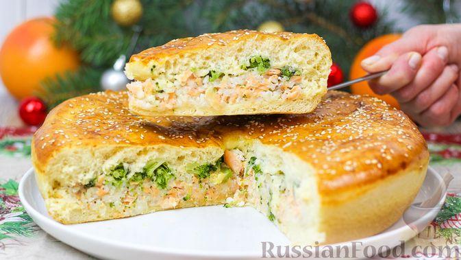 Фото приготовления рецепта: Пирог с красной рыбой и брокколи - шаг №13