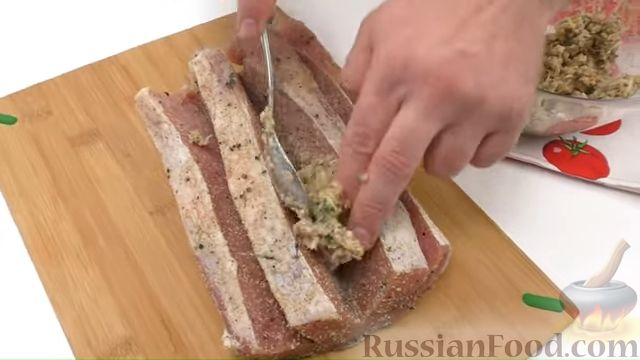 Фото приготовления рецепта: Запечённое мясо с ореховой начинкой - шаг №4