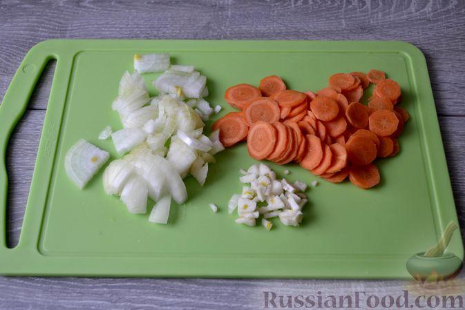 Фото приготовления рецепта: Суп с нутом, макаронами и помидорами - шаг №4