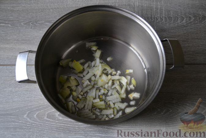 Фото приготовления рецепта: Суп с нутом, макаронами и помидорами - шаг №5
