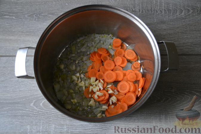 Фото приготовления рецепта: Суп с нутом, макаронами и помидорами - шаг №6