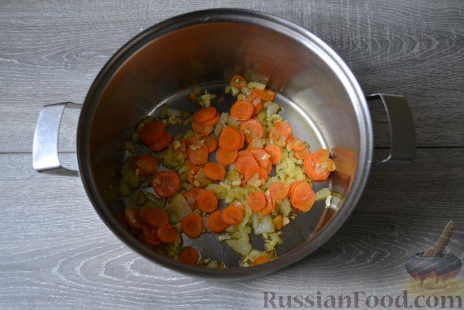 Фото приготовления рецепта: Суп с нутом, макаронами и помидорами - шаг №7