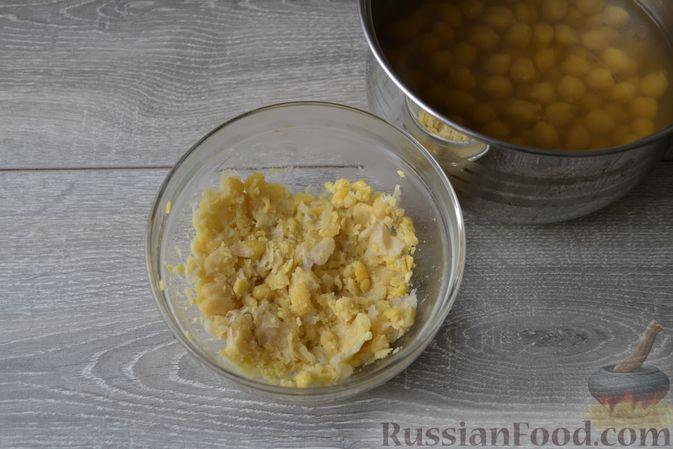 Фото приготовления рецепта: Суп с нутом, макаронами и помидорами - шаг №11
