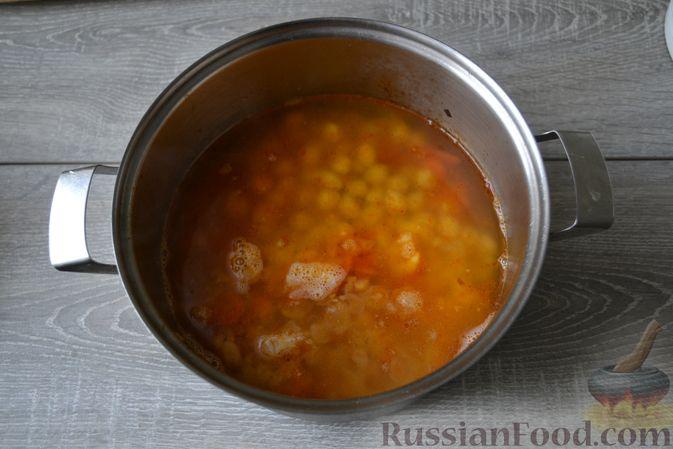 Фото приготовления рецепта: Суп с нутом, макаронами и помидорами - шаг №13