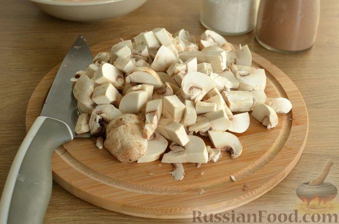 Фото приготовления рецепта: Отбивные из свинины с грибами и сыром, в духовке - шаг №4