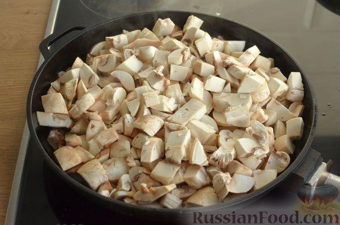 Фото приготовления рецепта: Отбивные из свинины с грибами и сыром, в духовке - шаг №5