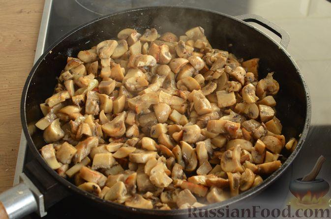 Фото приготовления рецепта: Отбивные из свинины с грибами и сыром, в духовке - шаг №6