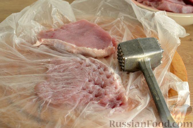Фото приготовления рецепта: Отбивные из свинины с грибами и сыром, в духовке - шаг №8