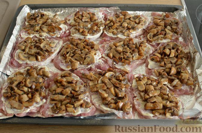 Фото приготовления рецепта: Отбивные из свинины с грибами и сыром, в духовке - шаг №11