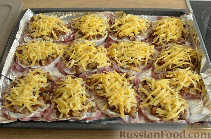 Фото приготовления рецепта: Отбивные из свинины с грибами и сыром, в духовке - шаг №12