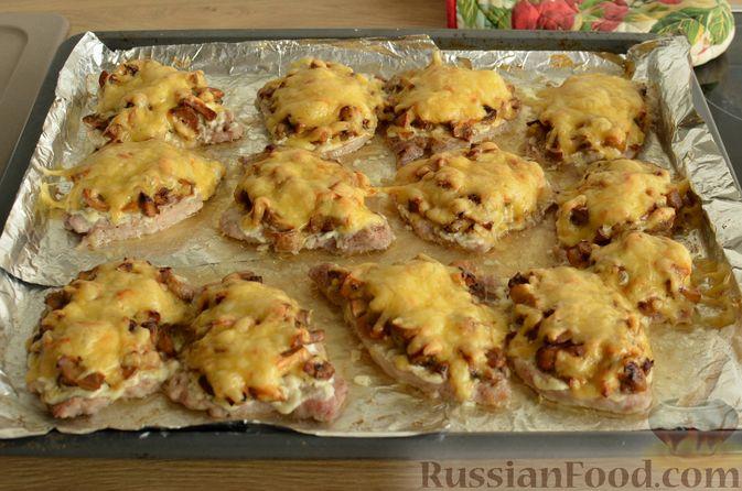 Фото приготовления рецепта: Отбивные из свинины с грибами и сыром, в духовке - шаг №13