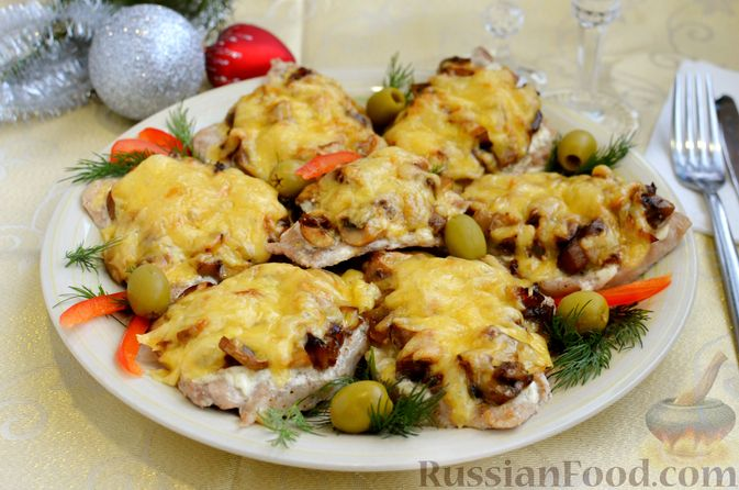 Фото приготовления рецепта: Отбивные из свинины с грибами и сыром, в духовке - шаг №14