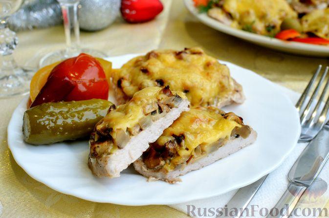 Фото приготовления рецепта: Отбивные из свинины с грибами и сыром, в духовке - шаг №15