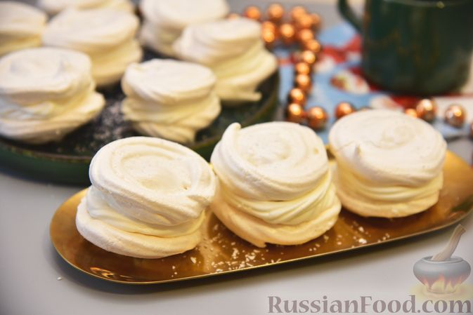 Фото к рецепту: Кокосовые пирожные-безе со сливочным кремом и джемом