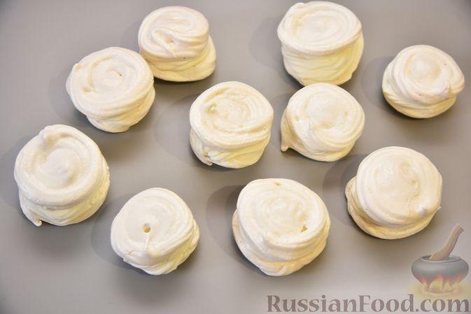 Фото приготовления рецепта: Кокосовые пирожные-безе со сливочным кремом и джемом - шаг №11