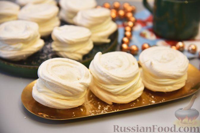 Фото приготовления рецепта: Кокосовые пирожные-безе со сливочным кремом и джемом - шаг №12