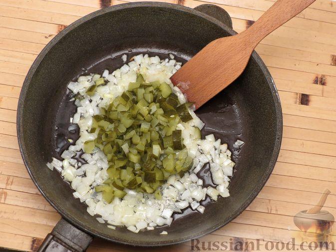 Фото приготовления рецепта: Капуста, тушенная с солёными огурцами - шаг №5