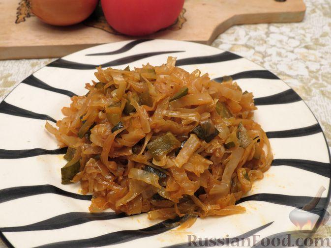 Фото приготовления рецепта: Капуста, тушенная с солёными огурцами - шаг №8
