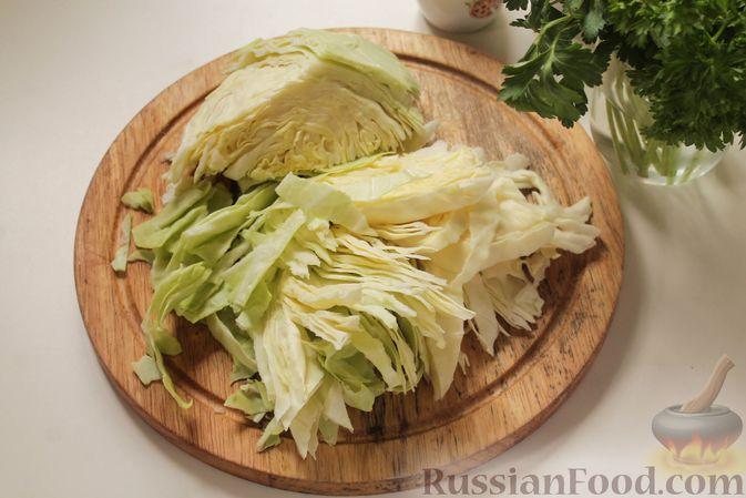 Фото приготовления рецепта: Постные капустные оладьи с манкой - шаг №2