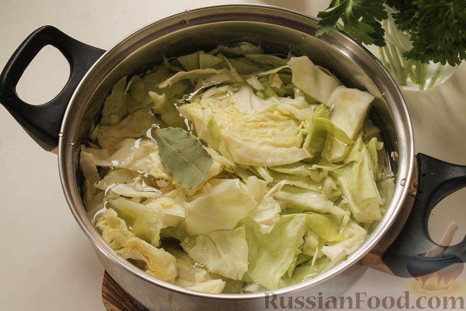 Фото приготовления рецепта: Постные капустные оладьи с манкой - шаг №3