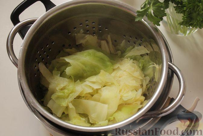 Фото приготовления рецепта: Постные капустные оладьи с манкой - шаг №4