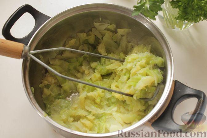 Фото приготовления рецепта: Постные капустные оладьи с манкой - шаг №5