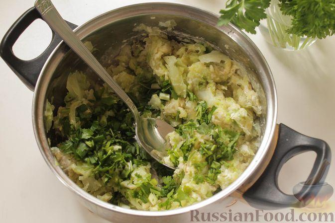Фото приготовления рецепта: Постные капустные оладьи с манкой - шаг №6