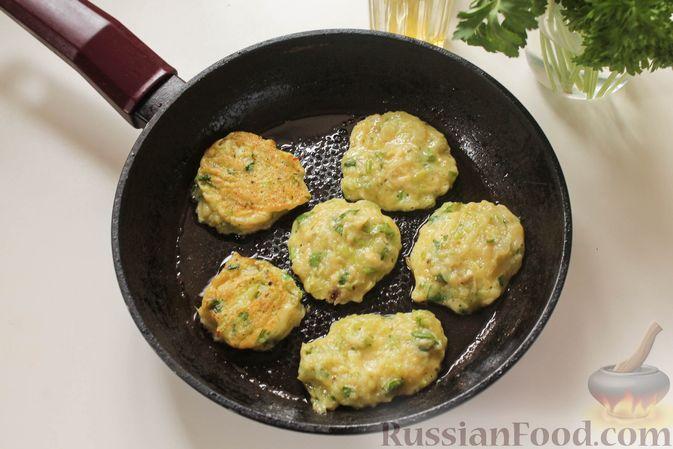Фото приготовления рецепта: Постные капустные оладьи с манкой - шаг №7
