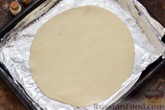 Фото приготовления рецепта: Пицца на слоёном корже с копчёным мясом, помидорами и маринованными огурцами - шаг №6