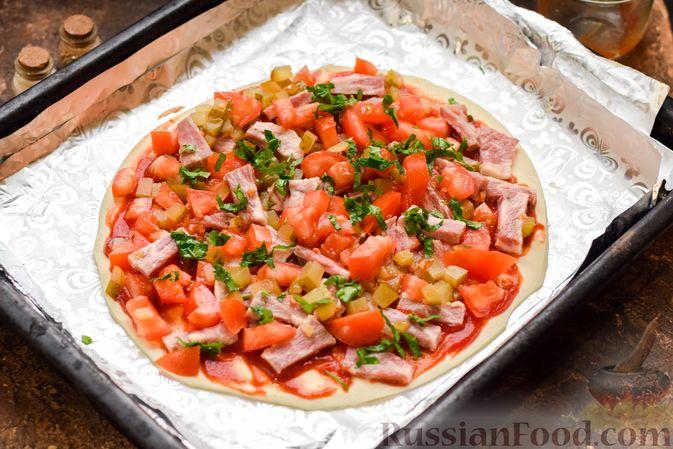 Фото приготовления рецепта: Пицца на слоёном корже с копчёным мясом, помидорами и маринованными огурцами - шаг №9