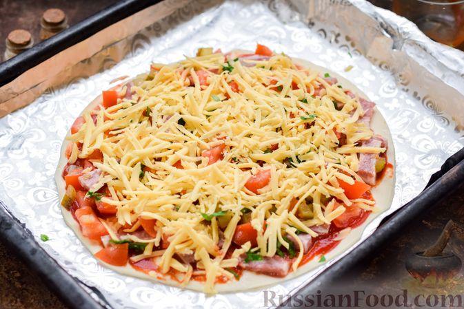Фото приготовления рецепта: Пицца на слоёном корже с копчёным мясом, помидорами и маринованными огурцами - шаг №10
