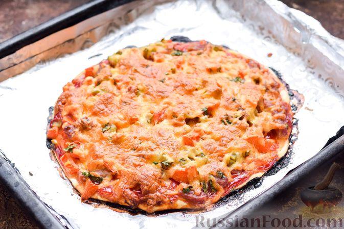 Фото приготовления рецепта: Пицца на слоёном корже с копчёным мясом, помидорами и маринованными огурцами - шаг №11