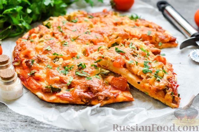 Фото приготовления рецепта: Пицца на слоёном корже с копчёным мясом, помидорами и маринованными огурцами - шаг №12
