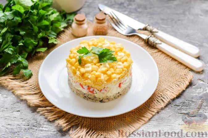 Фото к рецепту: Слоёный салат с тунцом, крабовыми палочками, сыром и кукурузой