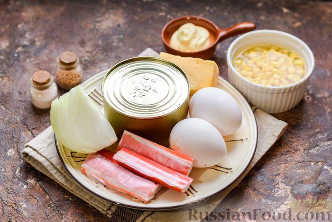 Фото приготовления рецепта: Слоёный салат с тунцом, крабовыми палочками, сыром и кукурузой - шаг №1