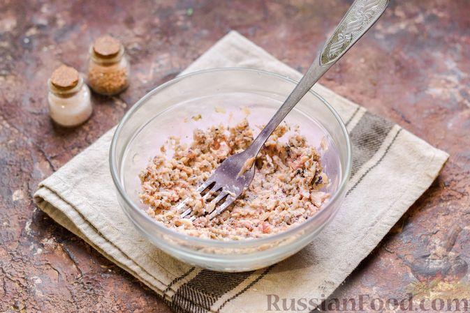 Фото приготовления рецепта: Слоёный салат с тунцом, крабовыми палочками, сыром и кукурузой - шаг №3