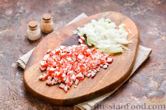 Фото приготовления рецепта: Слоёный салат с тунцом, крабовыми палочками, сыром и кукурузой - шаг №4