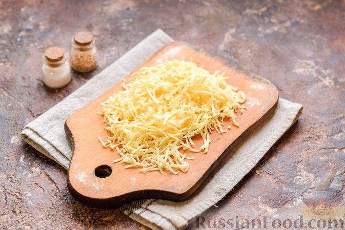 Фото приготовления рецепта: Слоёный салат с тунцом, крабовыми палочками, сыром и кукурузой - шаг №5