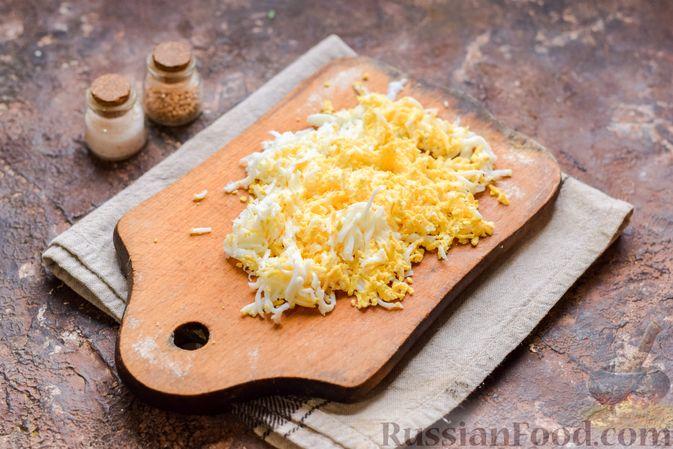 Фото приготовления рецепта: Слоёный салат с тунцом, крабовыми палочками, сыром и кукурузой - шаг №6