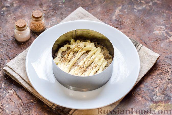 Фото приготовления рецепта: Слоёный салат с тунцом, крабовыми палочками, сыром и кукурузой - шаг №7