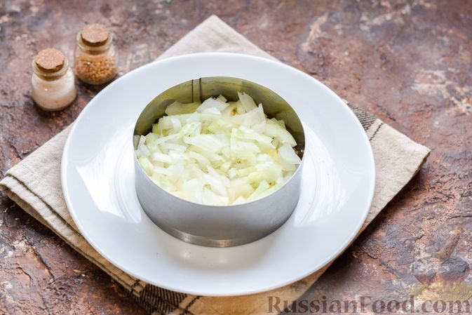 Фото приготовления рецепта: Слоёный салат с тунцом, крабовыми палочками, сыром и кукурузой - шаг №8