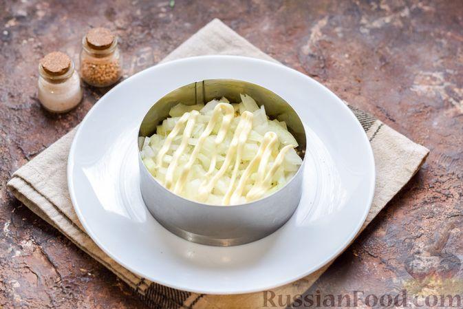 Фото приготовления рецепта: Слоёный салат с тунцом, крабовыми палочками, сыром и кукурузой - шаг №9