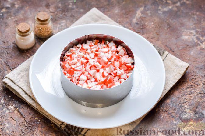 Фото приготовления рецепта: Слоёный салат с тунцом, крабовыми палочками, сыром и кукурузой - шаг №10
