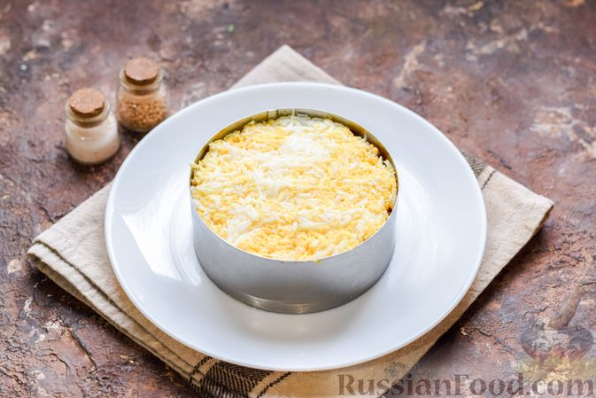 Фото приготовления рецепта: Слоёный салат с тунцом, крабовыми палочками, сыром и кукурузой - шаг №12