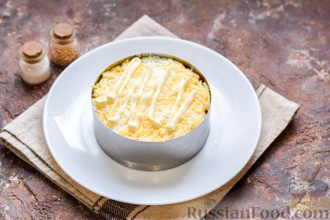 Фото приготовления рецепта: Слоёный салат с тунцом, крабовыми палочками, сыром и кукурузой - шаг №13