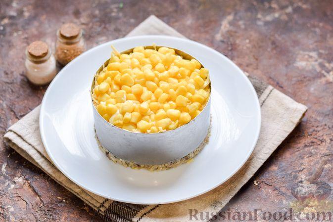 Фото приготовления рецепта: Слоёный салат с тунцом, крабовыми палочками, сыром и кукурузой - шаг №15