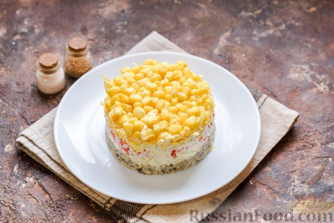 Фото приготовления рецепта: Слоёный салат с тунцом, крабовыми палочками, сыром и кукурузой - шаг №16